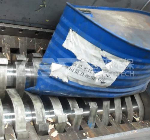 危废大蓝桶铁皮桶破碎机现场视频